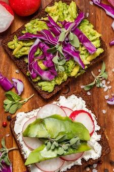 アボカドと野菜のトースト