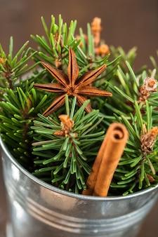 クリスマスの飾り、鍋の枝モミの木