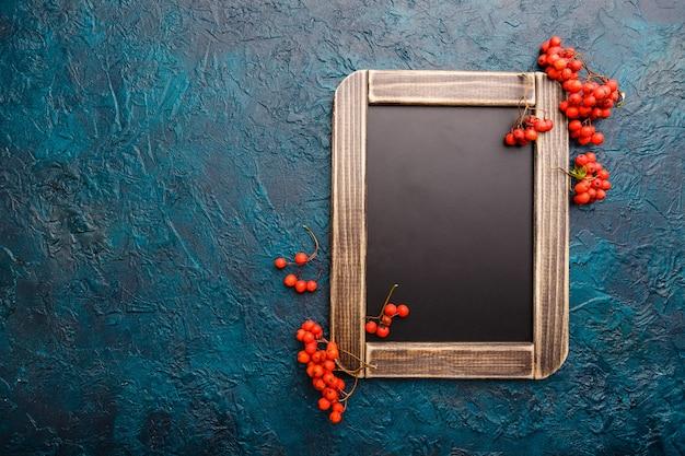 黒板の背景には、ナナカマドの果実が飾られています。