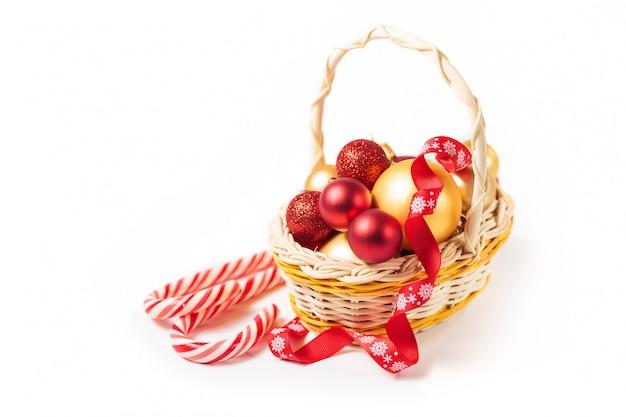 クリスマスボール付きバスケット