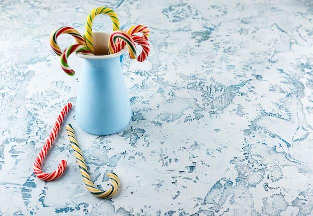 明るい背景とクリスマスの装飾。キャンディケイン。