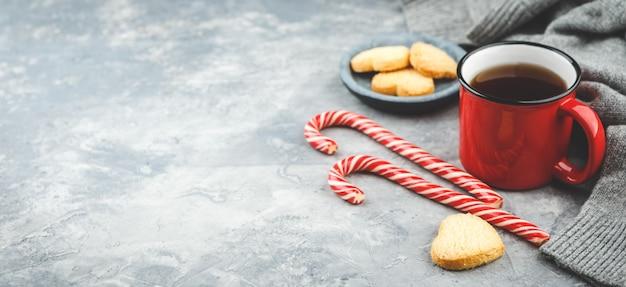 おいしいクリスマスクッキーと熱いお茶のマグカップ、クリスマスの時期