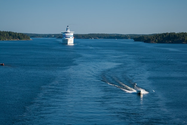 Паром покидает акваторию порта стокгольм.