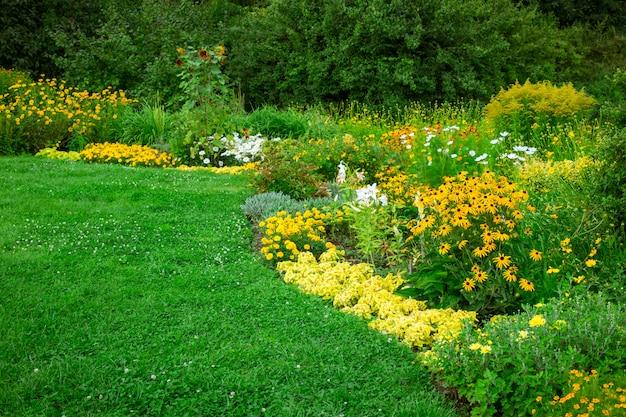 正式な庭の新鮮な緑の風景