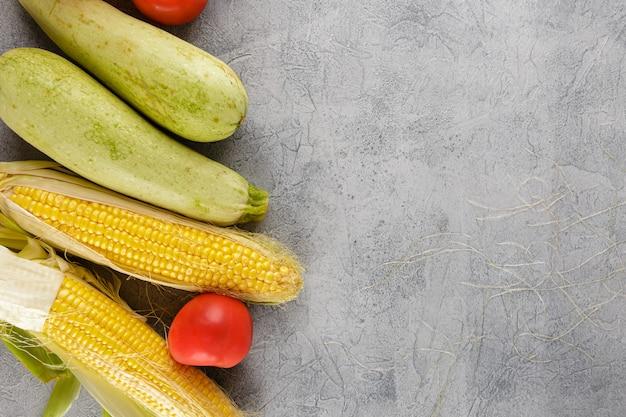 野菜背景トウモロコシ、トマト、ズッキーニ