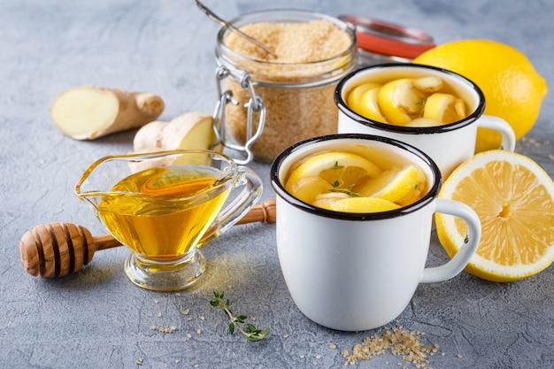 Чашки имбирного чая с медом и лимоном