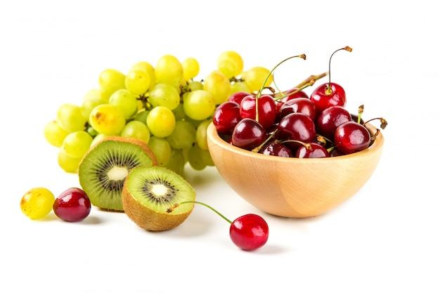 Виноград, вишня и киви на белом