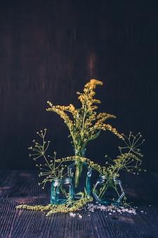 ガラスの花瓶の花束の野生の花