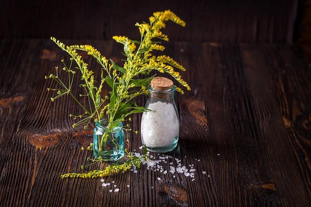 野生の花とガラスの瓶に塩