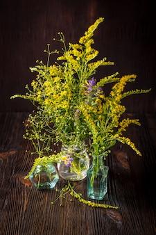 野生の花のガラス瓶