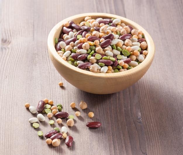 小豆、ひよこ豆、エンドウ豆 - さまざまな種類の豆の品揃え