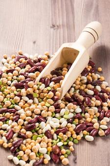 Ассортимент разных видов бобов - красная фасоль, нут, п