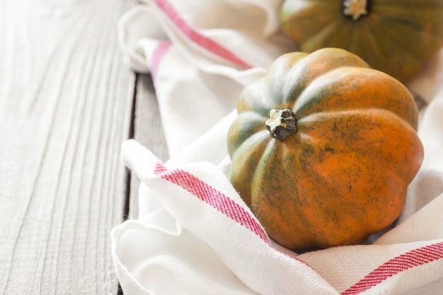 木製のテーブルの上の秋のカボチャ