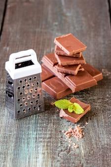 木製の背景にチョコレートのかけら