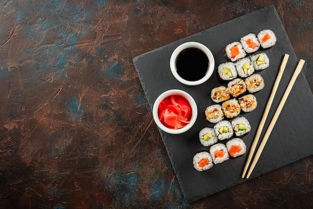 素朴な暗い背景に日本の寿司。
