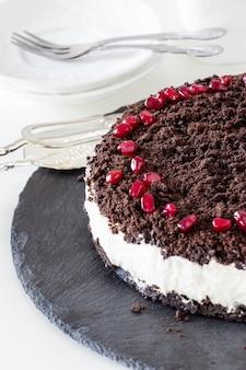 Вкусный ванильный шоколадный чизкейк. шиферная плита.