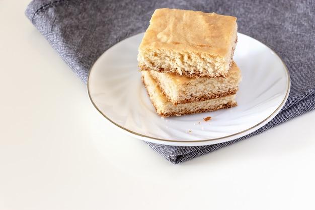 正方形の部分のスタックレモンショートクラストケーキ