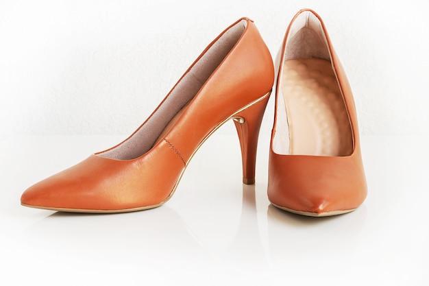 古典的な女性の茶色の革のかかとのペア。ファッション靴。孤立した
