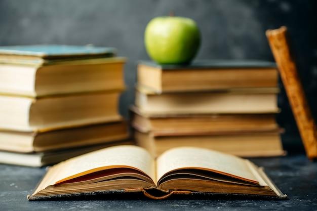 本の勉強を教育しました。ライブラリと辞書の背景。大学やカレッジの学生、学校の小学生や家庭での遠隔学習のコンセプトを学ぶ