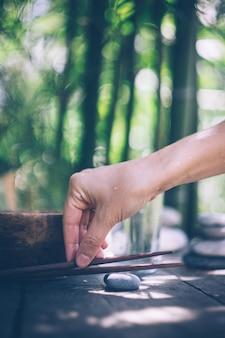 空の木製のボウルと手で解毒食品