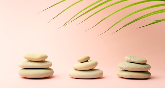 Японские камни (каменные башни) для спа, медитации и релаксации на розовом