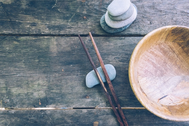 空の木製ボウルと木製の箸を使ったデトックス食品
