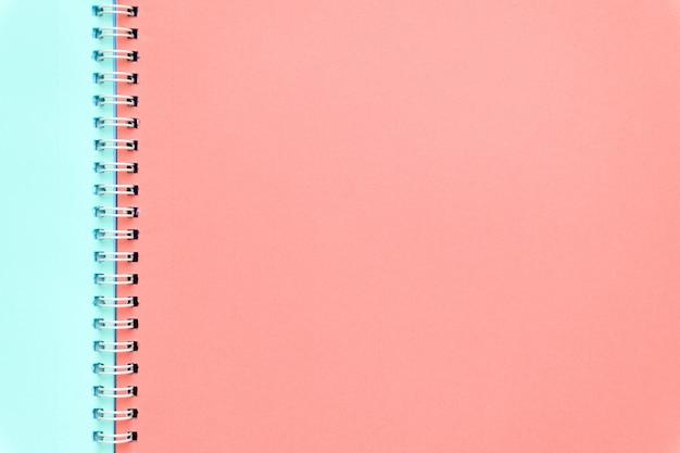 色付きのノートブックページ。最小限の概念、フラットレイアウトの背景。