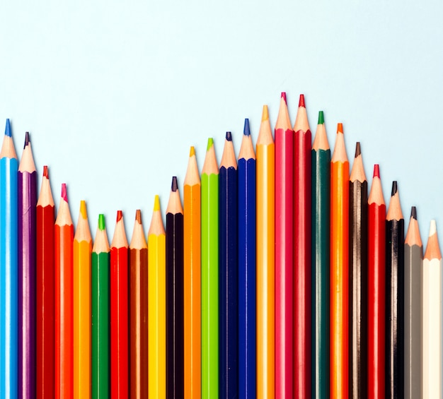 Цветные карандаши, изолированные на синем