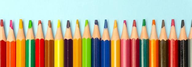青に分離された色鉛筆