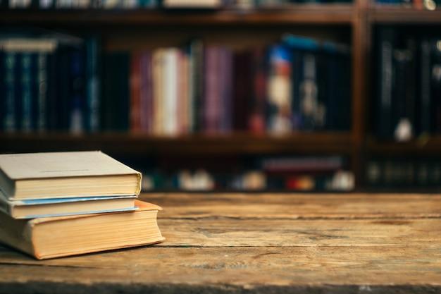 図書館のテーブルの上の本