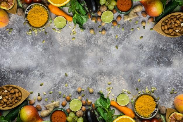 健康食品の背景、有機食品のフレーム。健康的な料理の材料:野菜、果物、ナッツ、スパイス