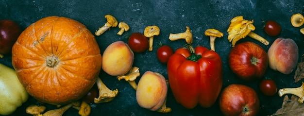 秋の季節野菜と果物:カボチャ、ナシ、リンゴ、トウモロコシ、アンズタケ、コショウ