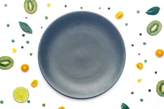 Веганские овощи и фрукты детокс с тарелкой