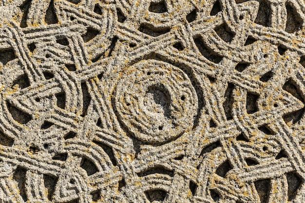 ジョージア州の古いキリスト教教会の壁に石に刻まれた古代のパターン