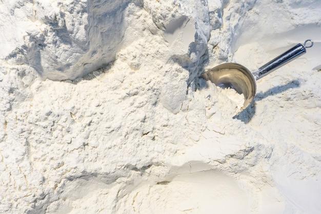 小麦粉の背景。スーパーマーケットでの小麦粉の重量