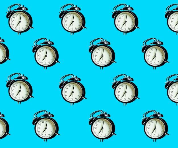 青の最小限のパターンのビンテージ目覚まし時計。時間管理と時間の概念