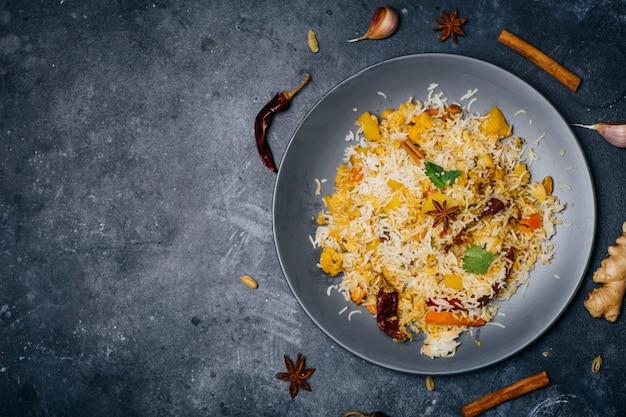 ビリヤニライス(野菜ビリヤニ)。インドのバスマティライス、カレー野菜、スパイス。インドの台所