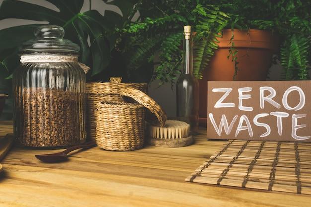 廃棄物ゼロのコンセプト。再利用可能な家庭用品(缶、皿、バッグ)。プラスチック廃棄物を削減する環境運動