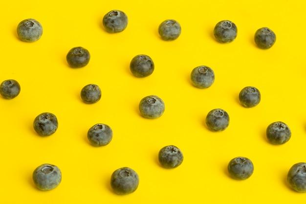 Ягоды черники на желтой поверхности