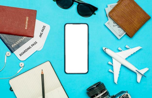 Туристические приложения для смартфона концепции. смартфон с пустой экран на фоне цвета путешествия. путешествия и туристические приложения