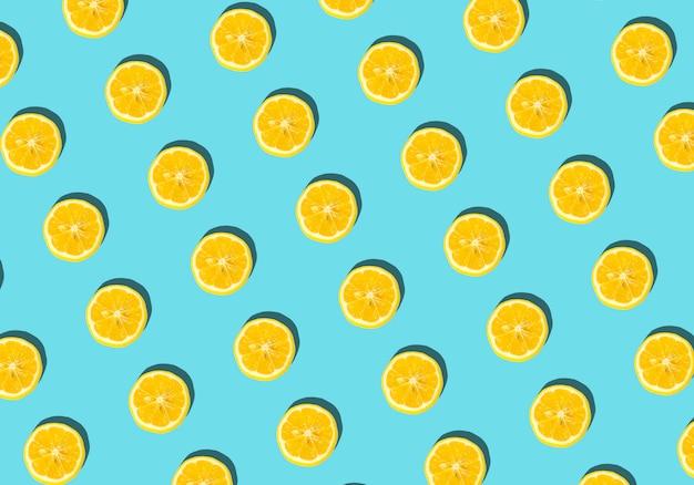 夏とビタミンの背景。青色の背景、最小限の食品コンセプトにレモン