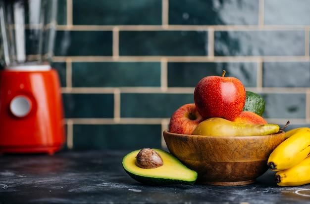 Фрукты и овощи на кухонном столе для фруктовых смузи, соков и напитков. приготовление здоровой вегетарианской пищи в домашних условиях. концепция здоровой и здоровой пищи