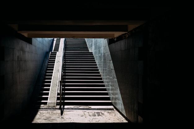 日光の下で階段を下る