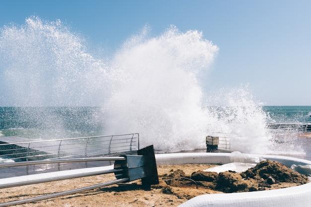 堤防で大きな波が砕け、損傷を引き起こす