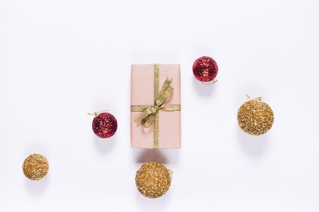 リボンとクリスマスボールの包装紙でギフトボックスのトップビュー
