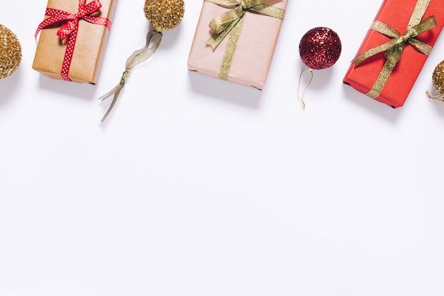 リボンとクリスマスボールの包装紙でいくつかのギフトボックス
