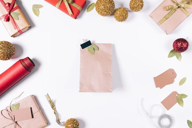 白いテーブルの上に横たわっている贈り物のパッケージ