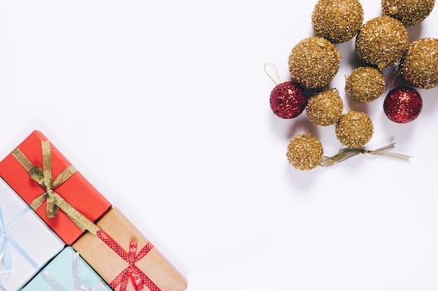 弓とクリスマスボールのギフトボックス