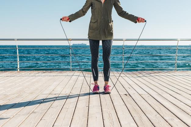 Молодая женщина готовится прыгать на веревке