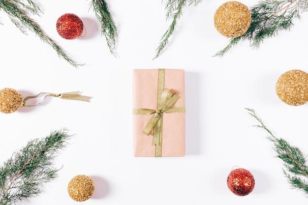 ギフトとゴールドリボンとクリスマスの装飾のボックス